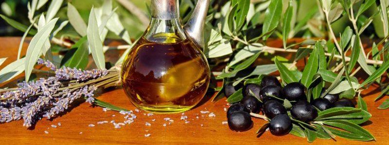 Оливковое масло, Лаванда & Оливки на столе веб-страницы, связанной с Оливками Каламон