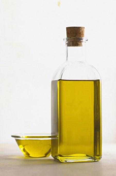 Оливковое масло первого холодного отжима Extra Virgin в стеклянной бутылке.